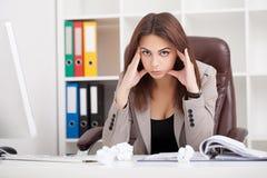 JPG + vektorabbildung Porträt der Frau im Büro Schönes Confiden lizenzfreie stockbilder