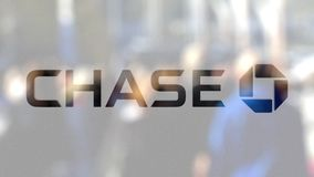 JPMorgan Chase Bank logo på ett exponeringsglas mot den suddiga folkmassan på steeten Redaktörs- tolkning 3D Arkivfoton