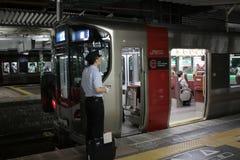 JR-de trein wacht bij het platform Stock Afbeeldingen