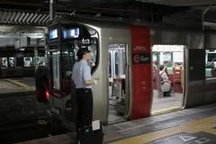 JR-de trein wacht bij het platform Royalty-vrije Stock Afbeelding