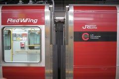 JR-de trein wacht bij het platform Stock Foto's