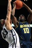 Jr. Michigan-Abdeckung Tim-Hardaway wird von Penn State D.J. Newbill geschützt Stockfoto