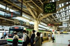 JR pociąg jr Zachodni - Tokaido Główna linia - jr stacja - Fotografia Royalty Free