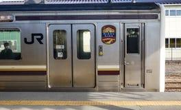 JR train s'arrêtant à la station à Hiroshima, Japon Photographie stock