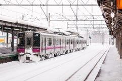 JR wschód 701 seria commutor pociągu przy Hirosaki stacją, Aomori, J Obrazy Stock