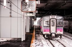 JR wschód 701 seria commutor pociągu przy Hirosaki stacją, Aomori, J Fotografia Royalty Free