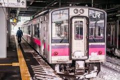JR wschód 701 seria commutor pociągu przy Hirosaki stacją, Aomori, J Obrazy Royalty Free