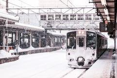 JR wschód 701 seria commutor pociągu przy Sakata stacją, Yamagata, J Zdjęcie Stock