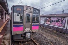 JR wschód 701 seria lokalnego pociągu przy Kakunodate Obrazy Stock