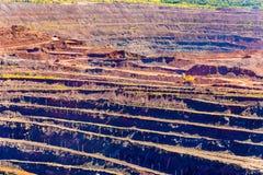 Järnmalm som bryter i det Mikhailovsky fältet inom Kursk magnetiska Anom Arkivbild