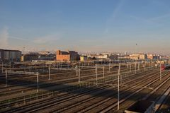 Järnvägar och byggnader på backgroung Lingotto piedmont italy Royaltyfria Bilder