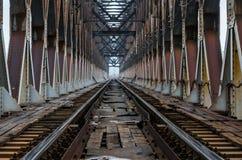 Järnvägspår på järnbron Arkivfoton