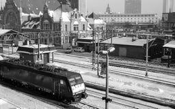 Järnvägsstation och drev. Royaltyfria Bilder