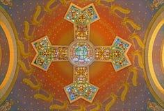 Jérusalem - la coupole moderne avec la croix et mosaïque dans l'église de St Peter dans Gallicantu Image stock