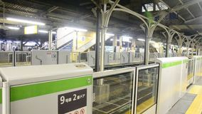 JRyamanotelinjen av stoppet för den drevtokyo tunnelbanan mottar folk, och körningen går till runt om den Tokyo staden på den Nip arkivfilmer