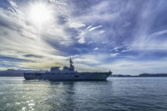 JS艾斯,日本海上自卫队Hyuga班的直升机驱逐舰在Padang港口航行 免版税图库摄影