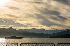 JS艾斯DDH-182日本直升机驱逐舰和国际海军船锚其他军舰在Padang咆哮 免版税图库摄影
