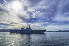 JS Ise, contratorpedeiro do helicóptero da Hyuga-classe da força de autodefesa marítima de Japão navega no porto de Padang fotografia de stock royalty free