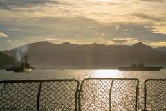 JS Ise ddh-182 Japanse helikoptertorpedojager en USS Stockdale ddg-106 de Marinetorpedojager van de V.S. verankeren in Padang-baa royalty-vrije stock foto