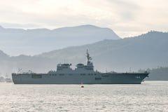 JS Ise, destroyer classe Hyuga d'hélicoptère de la force d'autodéfense maritime du Japon navigue dans le port de Padang photographie stock libre de droits