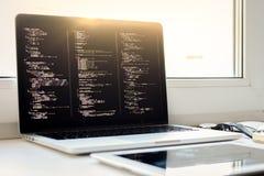 Js kod på bärbar datorskärmen, rengöringsdukutveckling Arkivfoton