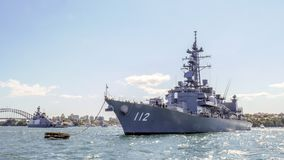 JS Makinami DD112 kommt Sydney-Hafen für die Teilnahme am internationalen Flotten-Bericht Sydney 2013 an Stockfoto