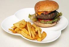 Jätte- hamburgare med chiper Fotografering för Bildbyråer