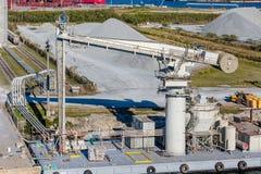 Jätte- pump på kustsjöfartpir Arkivfoton