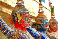 Jätte- statyer (thailändsk guld- demonkrigare) i tempel Arkivfoto