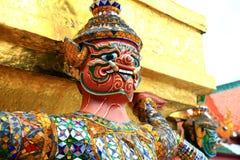 Jätte- statyer (thailändsk guld- demonkrigare) i tempel Royaltyfri Bild