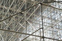 Jättelikt material till byggnadsställning för en bro Arkivfoton