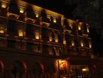 Juan les Spelden, Frankrijk: De voorpartij van het hotel van Schoonhedenrives in de nachtverlichting van het BZV van boulevardedo royalty-vrije stock foto