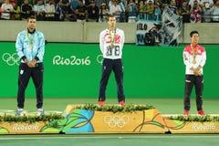 Juan Martin Del Porto ARG (v), Andy Murray GBR och Kei Nishikori JPN under tennismäns ceremoni för medalj för singlar Arkivfoton