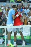 Juan Martin Del Potro av Argentina L och Rafael Nadal av Spanien efter matchen för semifinal för singlar för man` s av Rio de Jan Royaltyfri Foto
