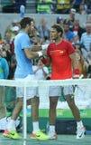 Juan Martin Del Potro av Argentina L och Rafael Nadal av Spanien efter matchen för semifinal för singlar för man` s av Rio de Jan Royaltyfria Foton