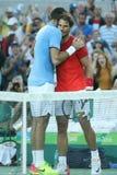 Juan Martin Del Potro av Argentina L och Rafael Nadal av Spanien efter matchen för semifinal för singlar för man` s av Rio de Jan Arkivfoto