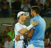 Juan Martin Del Potro R beglückwünscht olympischen Meister Andy Murray von Großbritannien mit seinem Sieg an Männer ` s Einzelfin Lizenzfreie Stockbilder