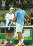 Juan Martin Del Potro R gratulerar den olympiska mästaren Andy Murray av Storbritannien med hans seger på sista singlar för man`  Arkivfoto