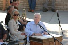 Juan McCain en el podium Imagen de archivo