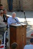 Juan McCain habla en el podium Foto de archivo