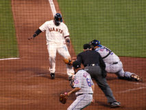 Juan Uribe obtient étiqueté à l'extérieur à la plaque par le gant de baseball Image stock
