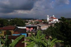 Juayua,萨尔瓦多-一个典型的中美洲村庄在Juayua, 2015年6月的萨尔瓦多 图库摄影