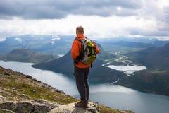 Juba do esporte que caminha em Besseggen Os caminhantes apreciam o lago bonito e o bom tempo em Noruega Foto de Stock Royalty Free