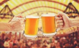 Jubel öl för två exponeringsglas rånar i händer arkivbilder