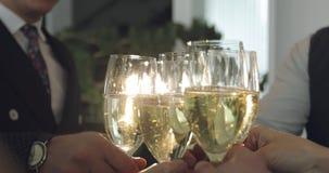 Jubel för affärsfolk med ett exponeringsglas av champagne lager videofilmer
