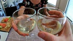 Jubel för vitt vin stock video