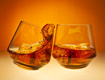Jubel! med whiskyexponeringsglas Arkivfoto