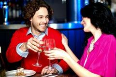 Jubel! Par som firar deras förälskelse tillsammans arkivbild