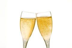 Jubel två champagneexponeringsglas med guld- bubblar Arkivbilder