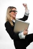 Jubelnde Geschäftsfrau, die einem Erfolg zujubelt lizenzfreie stockfotos